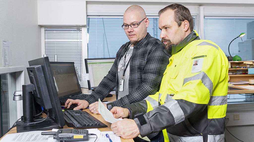 Ralli kytkeytyy kiinteästi myös ratapihaohjaajien ja ratapihahenkilöstön työhön. Kouvolassa vaihtotyönjohtaja Toni Turkkila ja ratapihaohjaaja Jari Peltola käyvät Rallista läpi tulevien kuljetusten vaatimia vaihtotyösuunnitelmia.