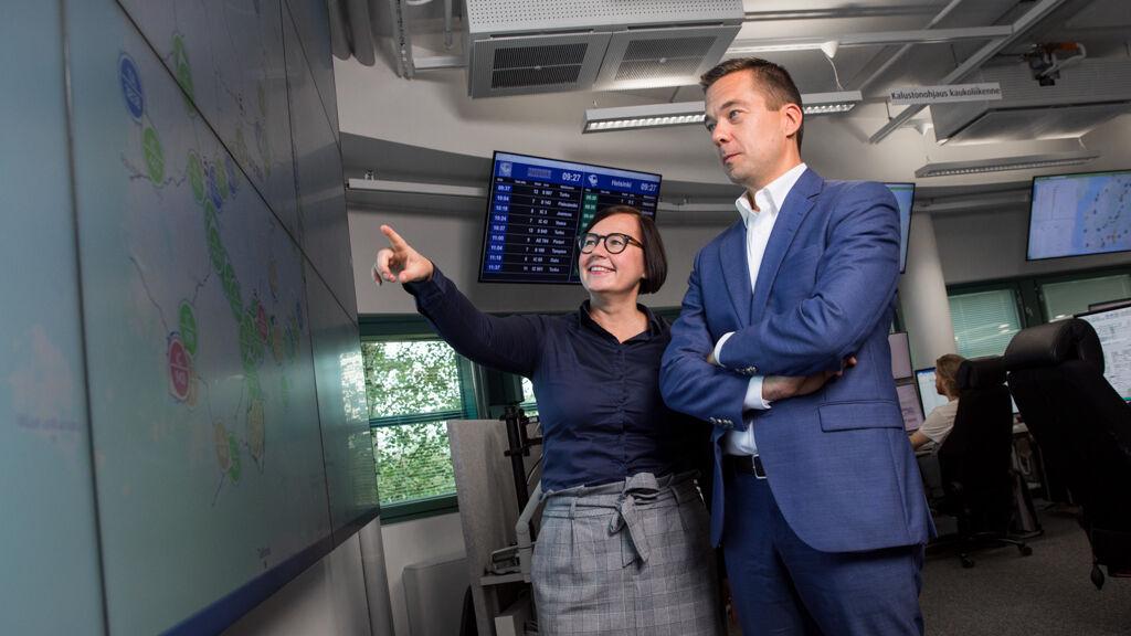Mirja Iso-Touru ja Kristian Jääskeläinen tarkastavat operaatiokeskuksessa liikenteen tilannekuvan.