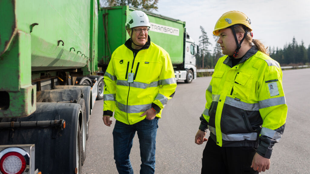 Janne Törrönen (vasemmalla) keskustelussa autonkuljettaja Joonas Moilasen kanssa.