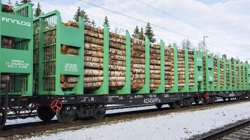 Finnlogin uusia vaunuja matkalla Metsä Groupin tehtaalle.