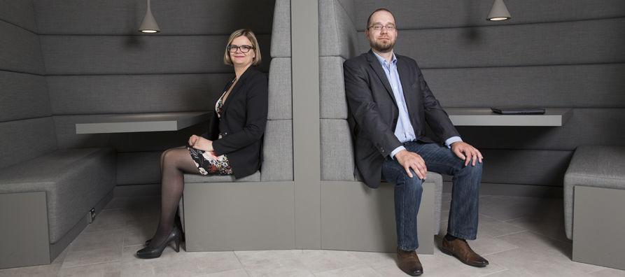 Tanja Gomes työskentelee erikoiskuljetusten teknisenä asiantuntijana, Tomi Nevala myyntipäällikkönä.