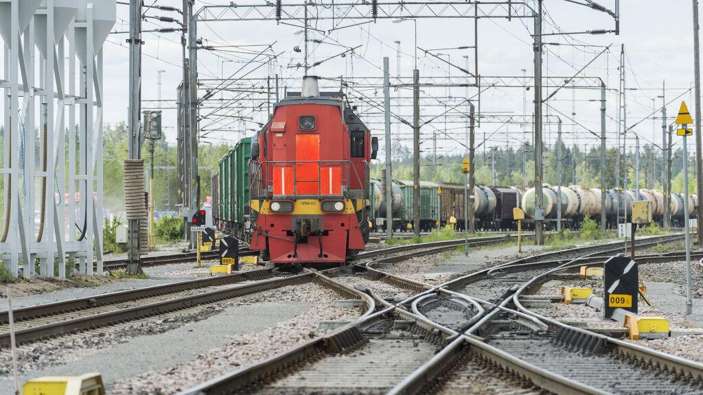 Vainikkalan raja-asemalla on kahteen osaan jaettu laaja ratapiha, joka ottaa vastaan Venäjältä tulevat junat ja luovuttaa Suomesta lähtevät junat Venäjän rataverkolle.