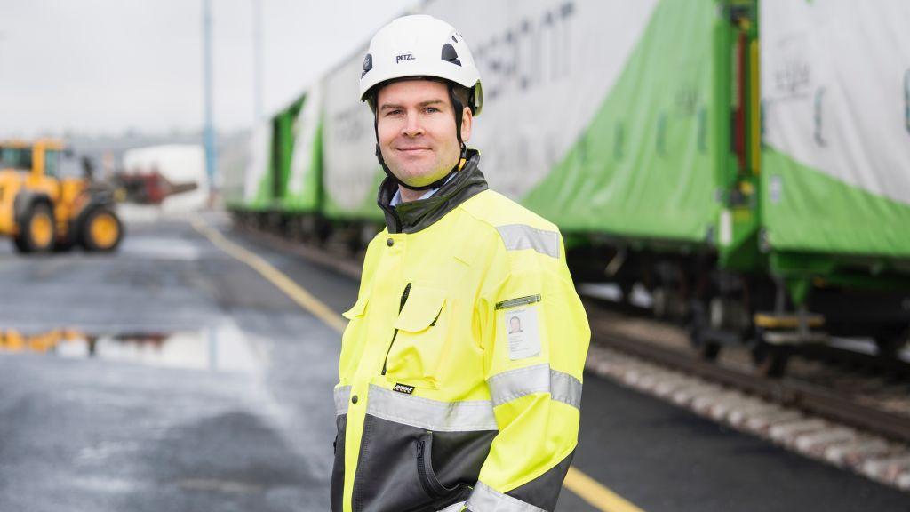 Metsäteollisuuden kuljetusten volyymi oli vuonna 2017 ennakoitua suurempi. Kuvassa VR Transpointin rautatielogistiikan myynti- ja markkinointijohtaja Tero Kosonen Vuosaaren satamassa.