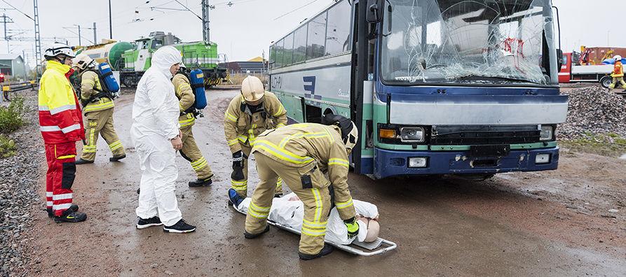 Harjoitustilanteessa säiliövaunuja kuljettanut juna oli törmännyt tasoristeyksessä linja-autoon.