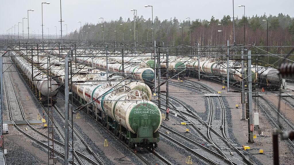 Suuri osa Borealiksen raaka-aineista tuodaan säiliövaunuissa eri puolilta Venäjältä.