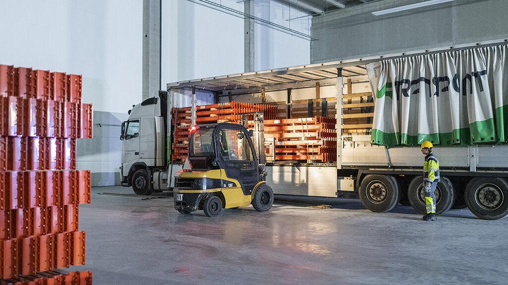 Osa kuljetuksista viedään suoraan Constructorin asiakkaille. Kuvassa kuormaa puretaan Lahdessa.