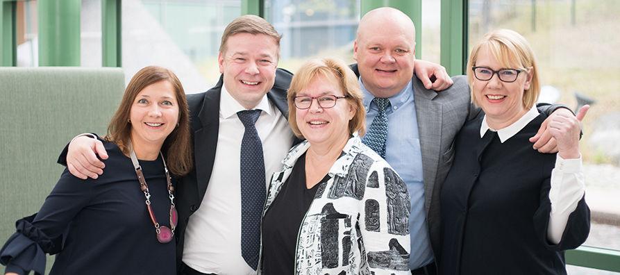 Uusi idän tiimi yhteiskuvassa Isossa Pajassa: Svetlana Lehmus, Antti Pursiainen, Sirkka Ahokas, Ari-Pekka Tynys ja Lea Viinamäki.