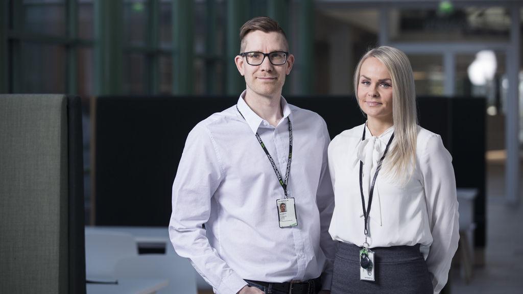 Tuoreet tuotepäälliköt Laura Lantta ja Antti Häkkinen Isossa Pajassa, VR Groupin uudessa pääkonttorissa.