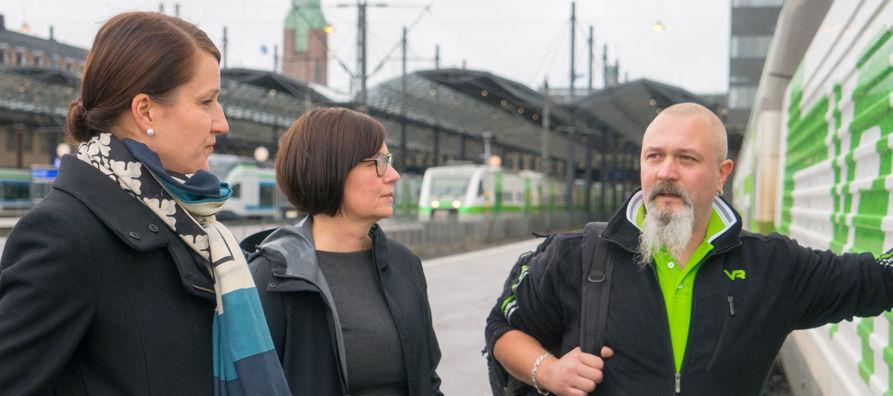 Rautatielogistiikan suunnittelujohtaja Nina Mähönen ja junaliikennöinnin suunnittelujohtaja Mirja Iso-Touru juttusilla veturinkuljettaja Jani Ohlsin kanssa.