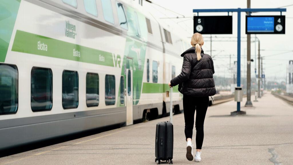 Nainen menossa junaan Turussa