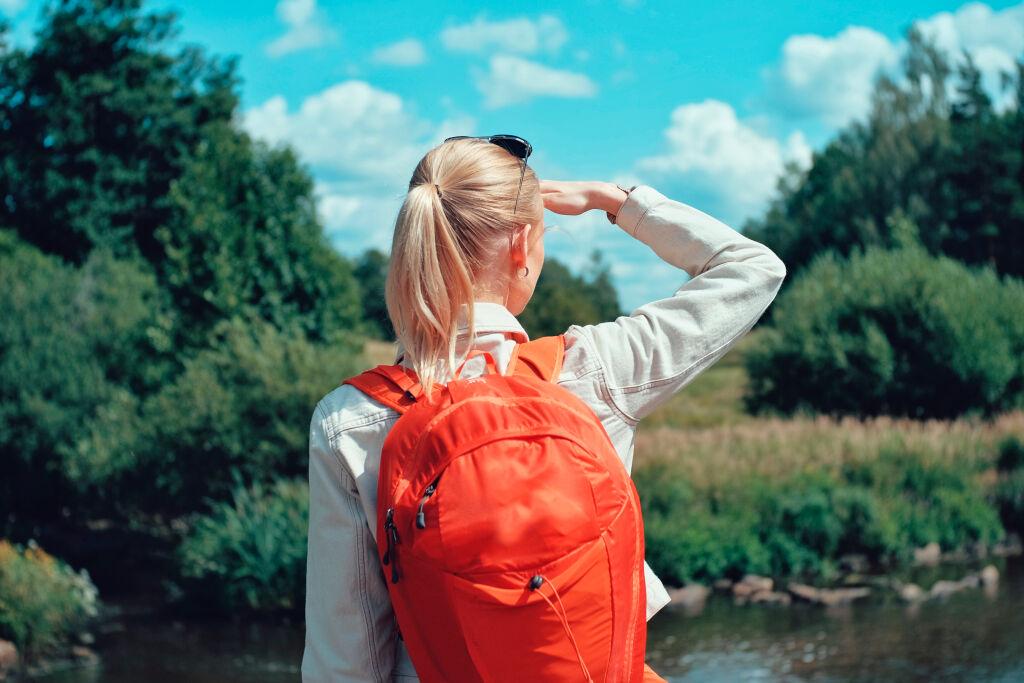 Nainen tähystelee luontoa