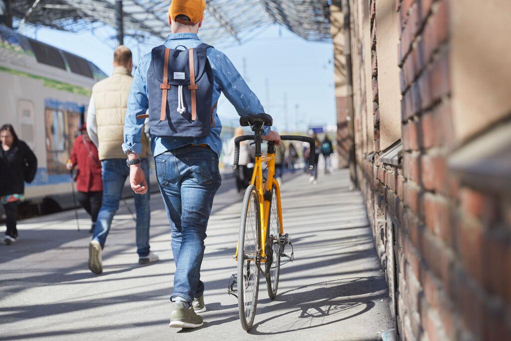 Mies pyörän kanssa päärautatieasemalla