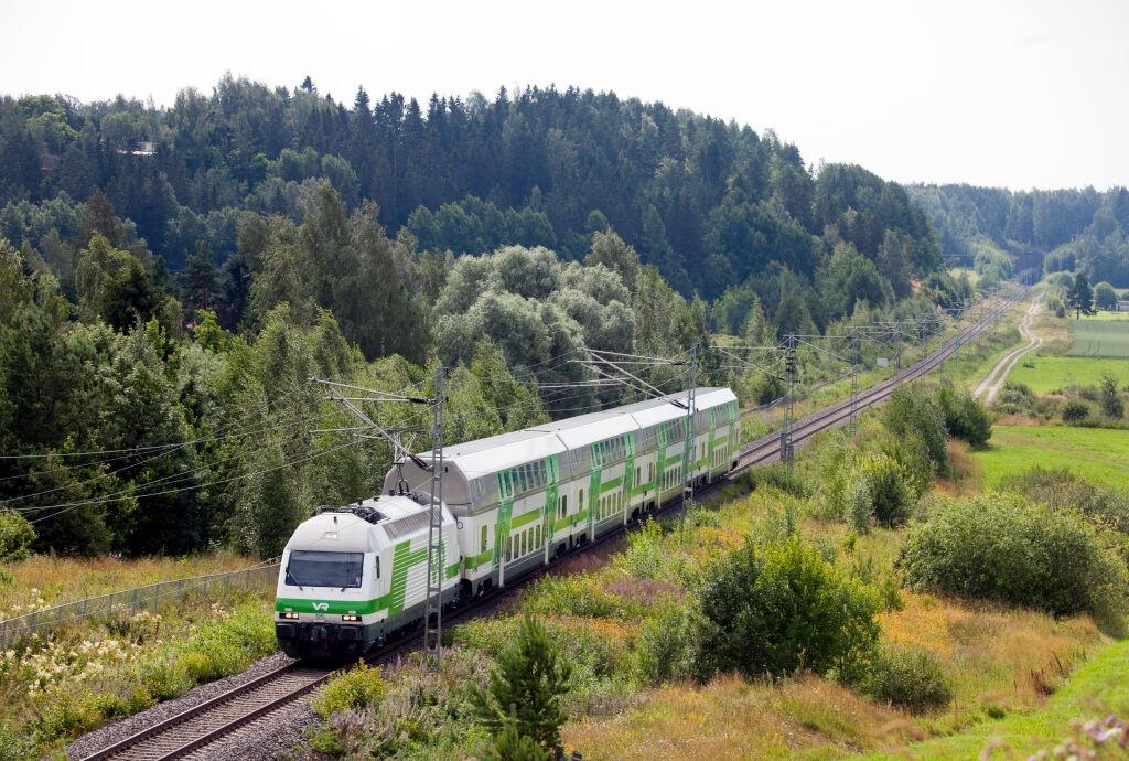 IC-juna hienossa maisemassa