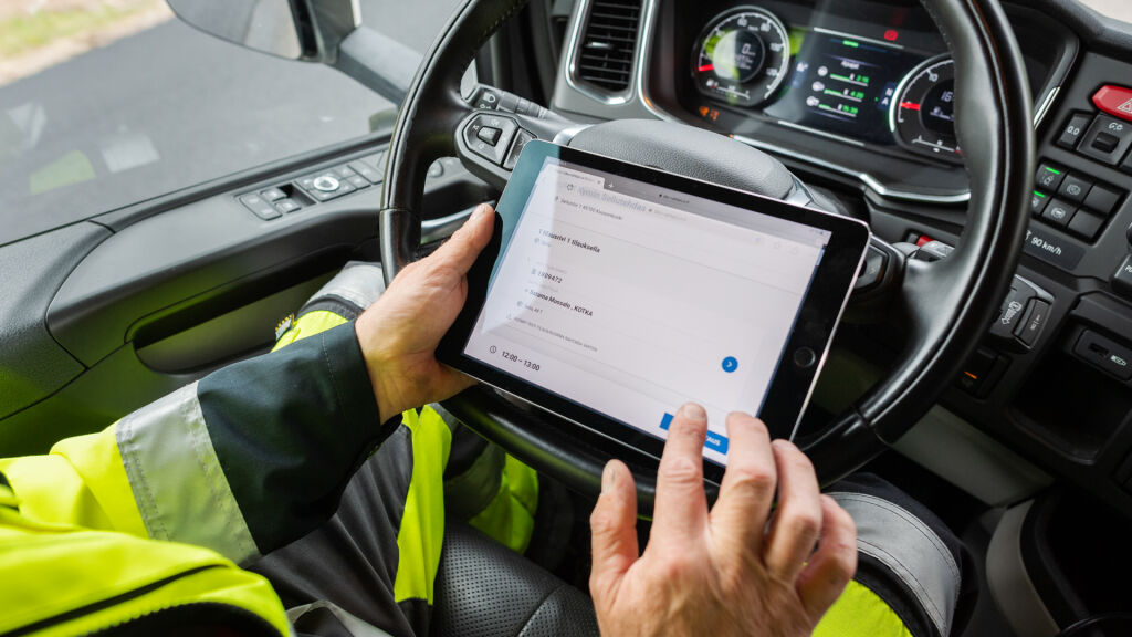 Kuljettaja käyttää työssään mobiilipäätettä, josta tiedot siirtyvät toiminnanohjausjärjestelmään.
