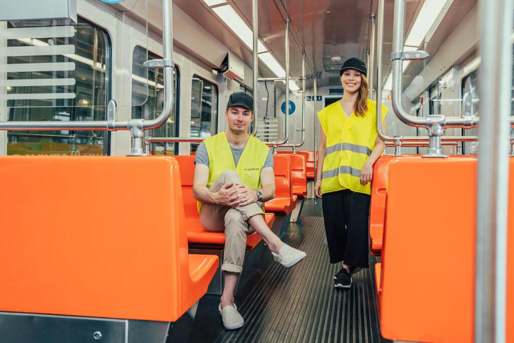 Kesätyöntekijät Milka ja Matias kunnostettavassa metrossa.