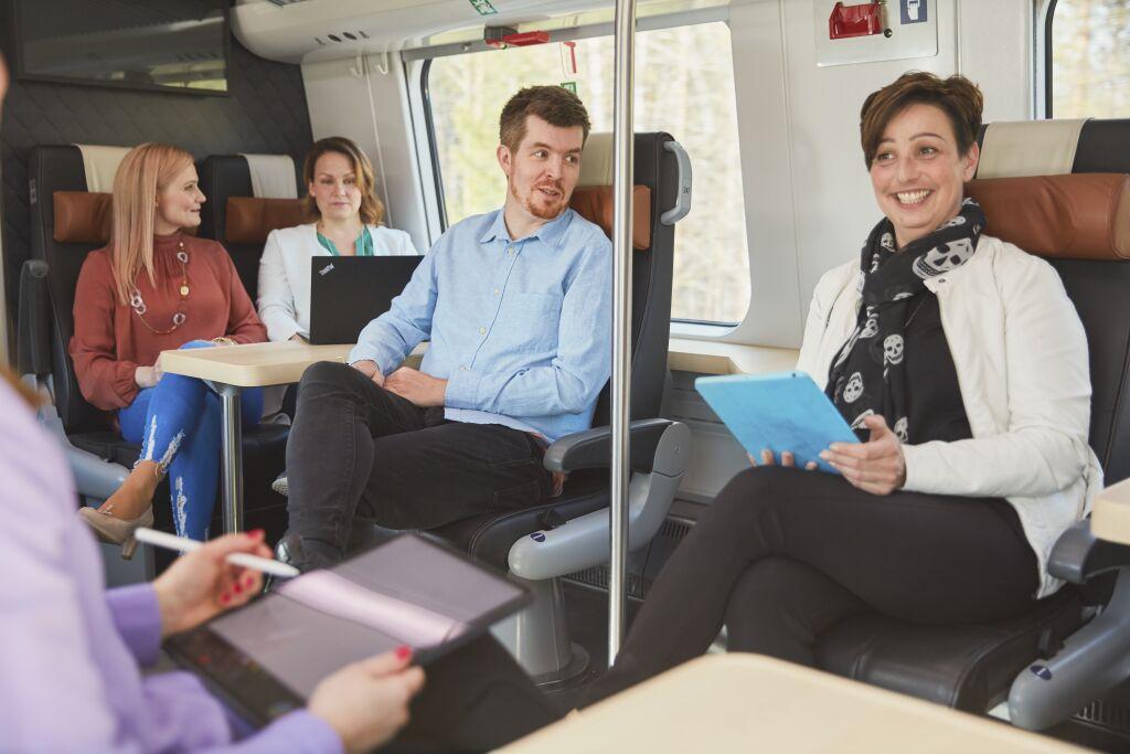 Matkustajia junassa