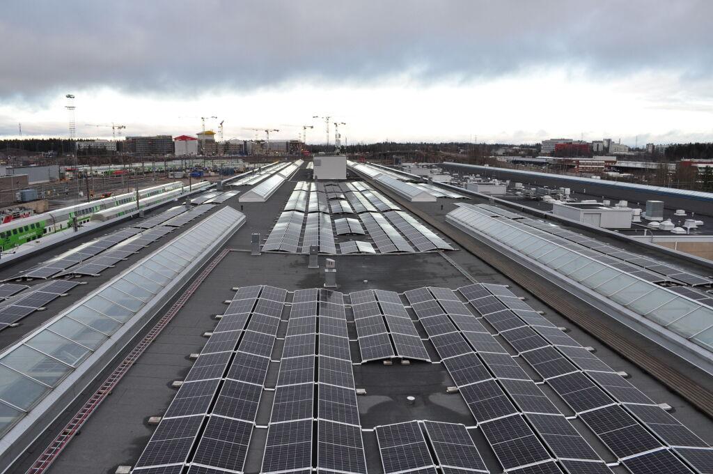 Aurinkovoimala on rakennettu junien kunnossapitohallin katolle