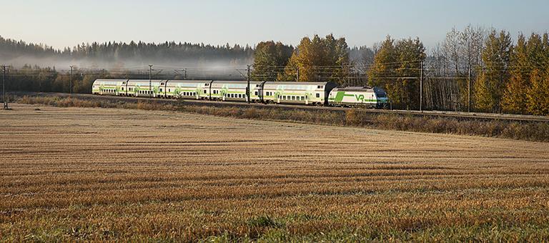 IC-juna syksyllä kauniissa maisemassa